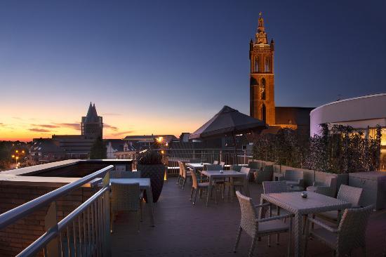 Hotel Dux: Roof terrace by night