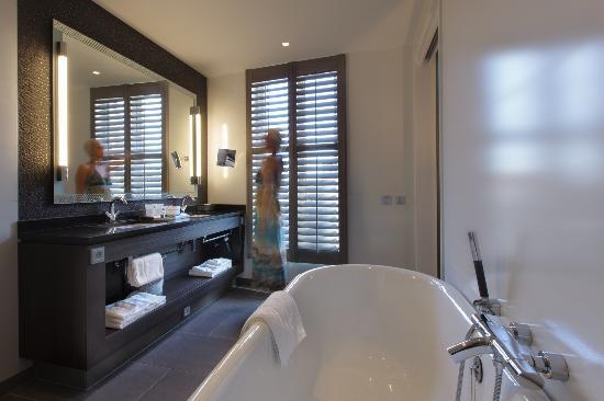 Hotel Dux: Executive Deluxe Bathroom