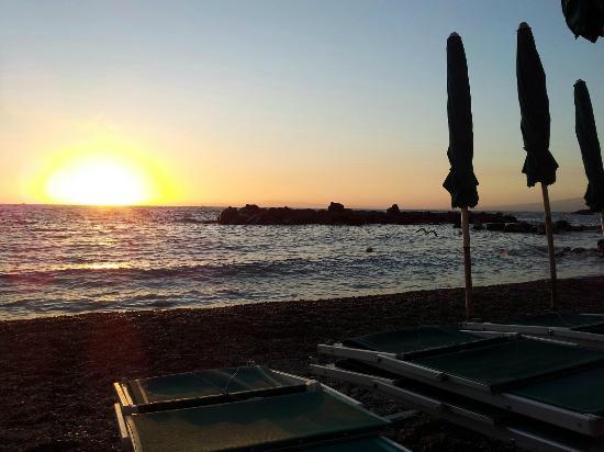 Scrajo Mare: tramonto sulla spiaggia