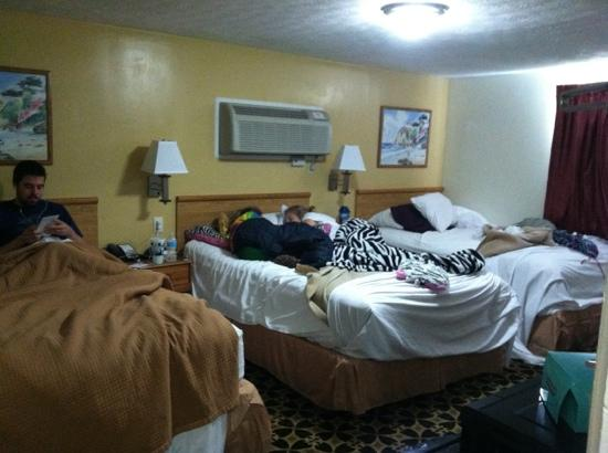 Howard Johnson Express Inn - Sandusky Amusement Park: don't mind our mess, I just wanted to show the room size