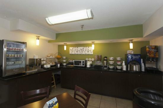 Sleep Inn, Inn & Suites Omaha: Breakfast Bar