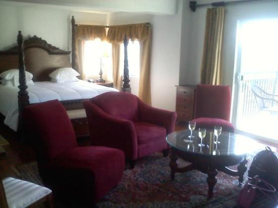La Tourelle Hotel, Bistro, Spa: Very comfortable king bed
