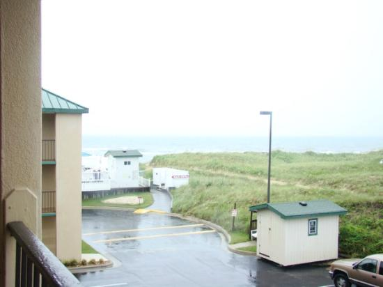 Quality Inn Carolina Oceanfront : rainy view from #302 but we can see the ocean!