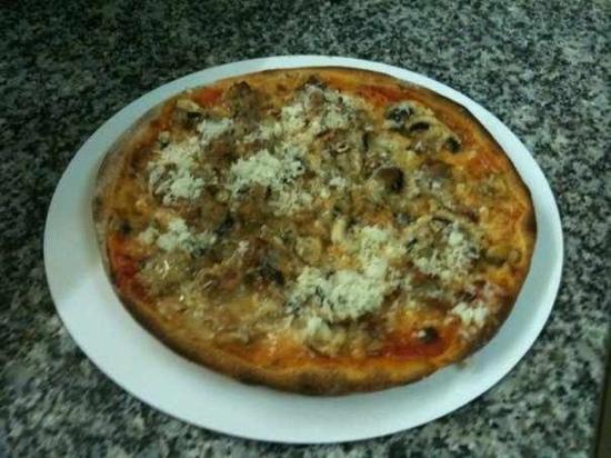 Olbia: leckere Pizza mit Schafskäse