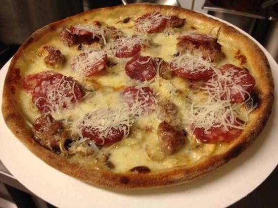 Olbia: Pizza mit Sardischer Wurst und Mozzarella