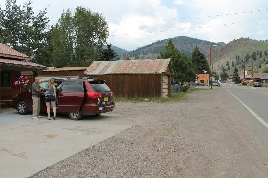 Creede Snowshoe Lodge: Outside, showing the road.