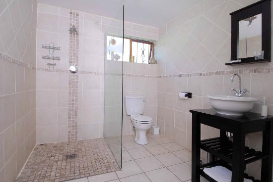Eltham Lodge: en-suite bathroom