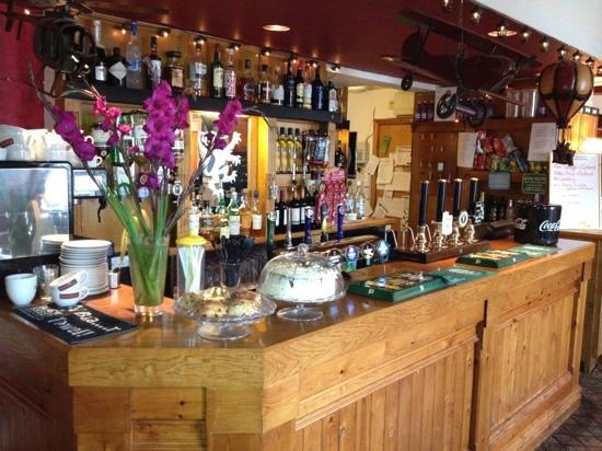 The Golden Lion Hotel: bar
