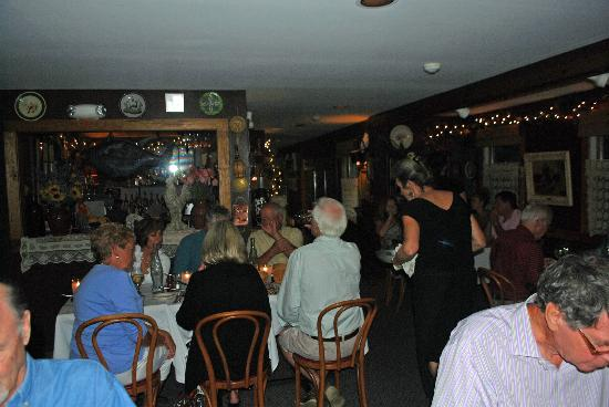 Peddler's Cafe & Grill : Inside at Peddler's on a busy evening .....
