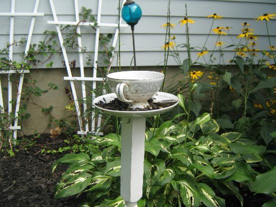 Jefferson Inn of Ellicottville : tea cup bird feeder