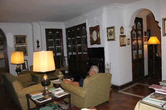 Hotel San Gabriel: library