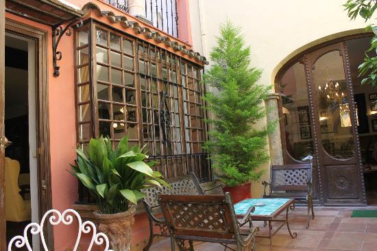 Hotel San Gabriel: inside courtyard