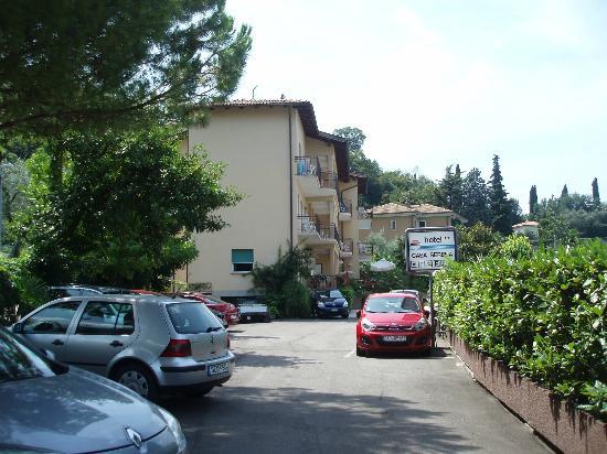 Hotel Casa Serena: Hotel carpark