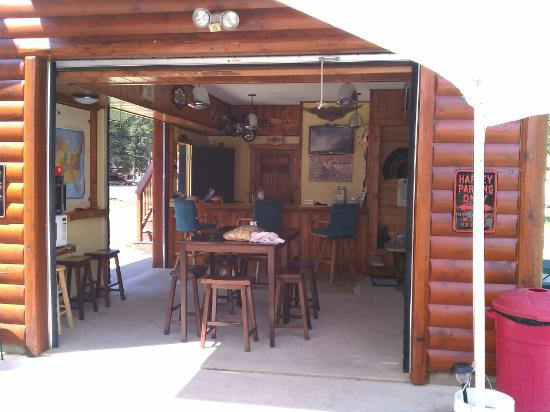 Creekside Campground: Area to chat and enjoy the hot coffee :)