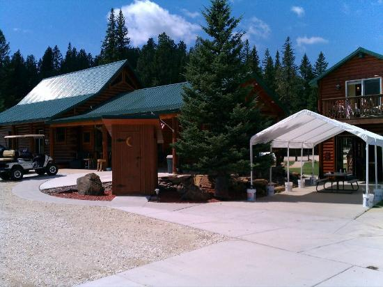 Creekside Campground: The whole campground has a log theme