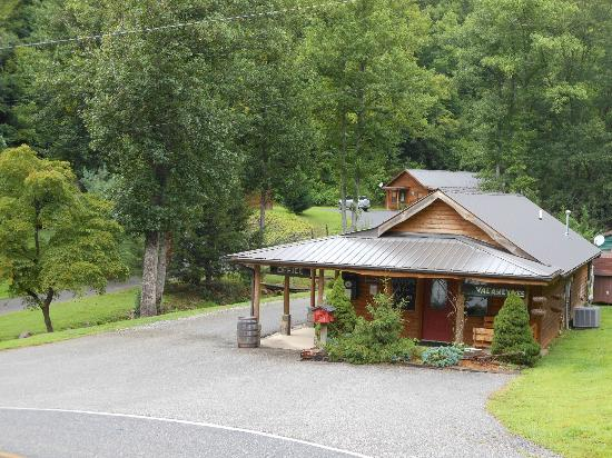 Lands Creek Log Cabins: Entrance to the grounds - Office