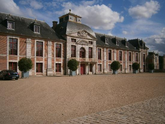 Chateau du Champ de Bataille: chateau du champs de bataille face cours d'entrer