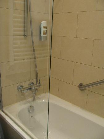 TOP Hotel Hammer: shower w/tub