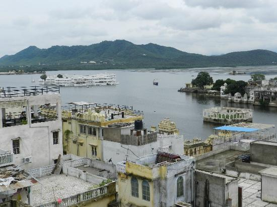 Hotel The Sajjan Villa: View from roof top restaurant