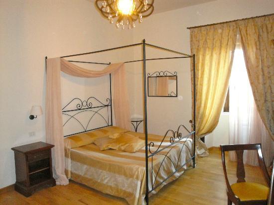 """Bovino, Italie : Il letto a baldacchino della """"Camelia"""""""