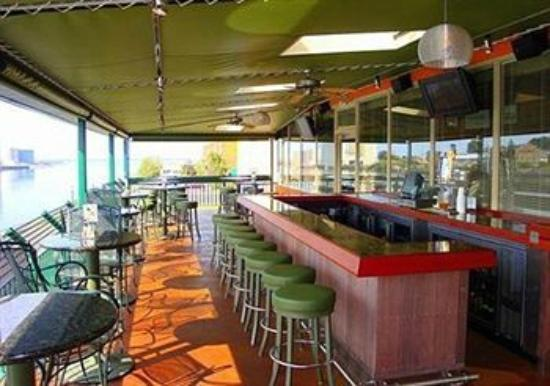 Quality Inn & Suites Riverfront: G.S. Steamer's Seasonal Deck Seating