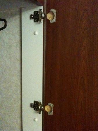 Microtel Inn & Suites by Wyndham Mason/Kings Island: broken wardrobe door