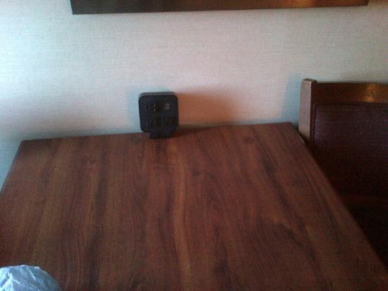 Hampton Inn Birch Run/Frankenmuth: charging station in room