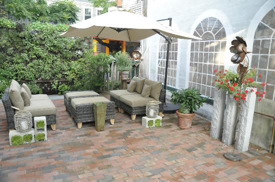 Sage Inn & Lounge: Al fresco seating