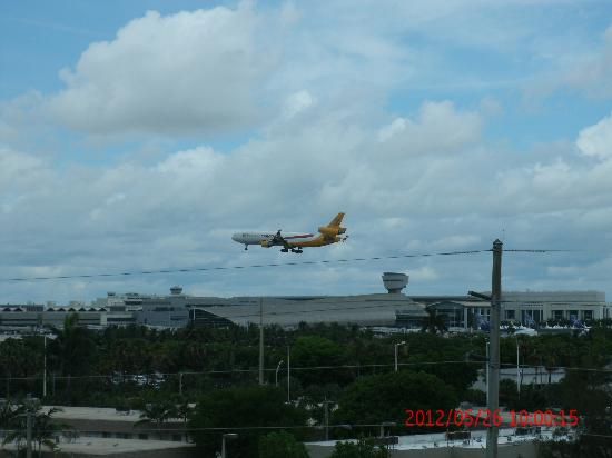 Regency Hotel Miami: Avion de Sky Lease Cargo aterrizando, vista desde la habitacion.