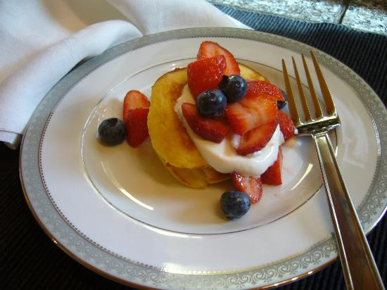 Bridge House Bed and Breakfast: Lemon Ricotta Pancackes w/fruit and yogurt
