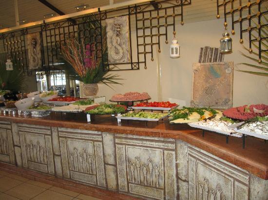 Club Resort Atlantis: ungekühlte verderbliche Speisen am Buffet