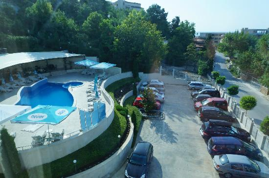 Royal Cove Residence: Pool and parking