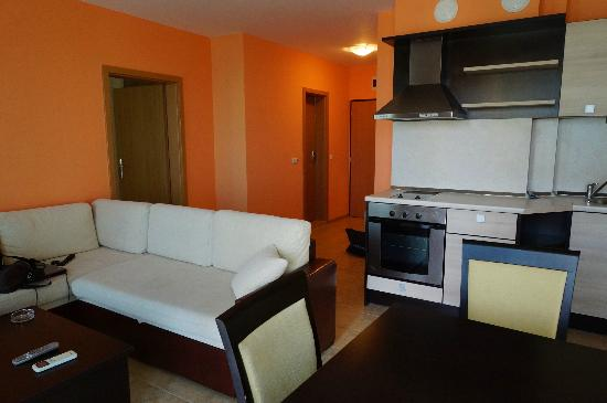Royal Cove Residence: Living room
