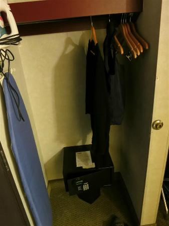 Days Inn & Suites Vancouver: closet