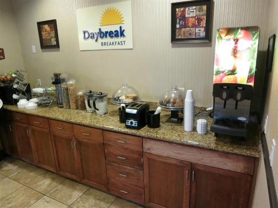 Days Inn & Suites Vancouver: breakfast area