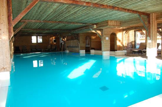 Spa Sereni-Cimes: La piscine et le jaccuzi au fond à droite