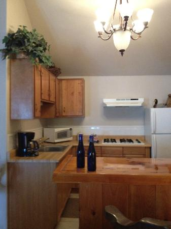 Carriage House Inn: fully stocked kitchenette- they even have pots and pans!