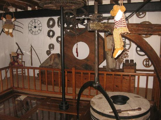 Le Moulin de la Follaine: gears of the old mill (still spinning just for the show)