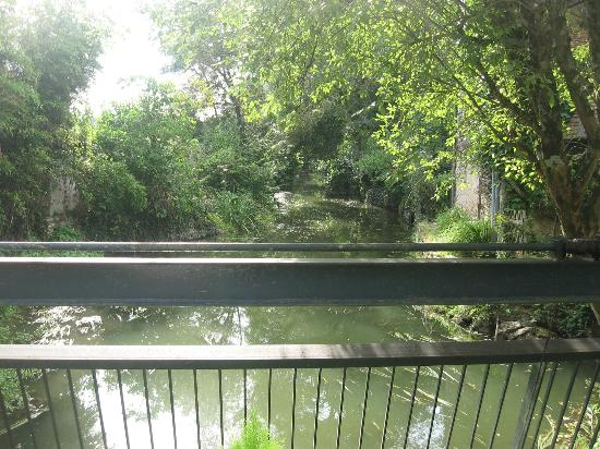 Le Moulin de la Follaine: the small river flowing under the house