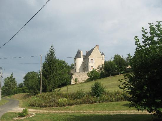 Le Moulin de la Follaine: the small castle in front of the mill
