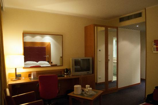 Crowne Plaza Venice East-Quarto d'Altino: TV, desk and closet