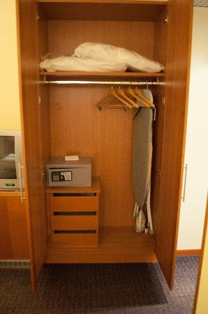 Crowne Plaza Venice East-Quarto d'Altino: Closet with iron and iron board