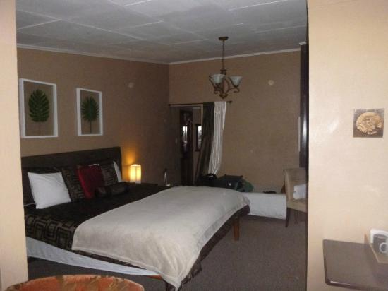 Poas Lodge and Restaurant: Large room with king size bed