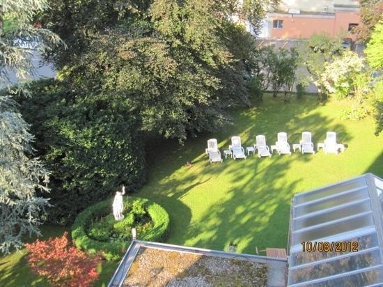 Hotel Interlaken: hotel small garden