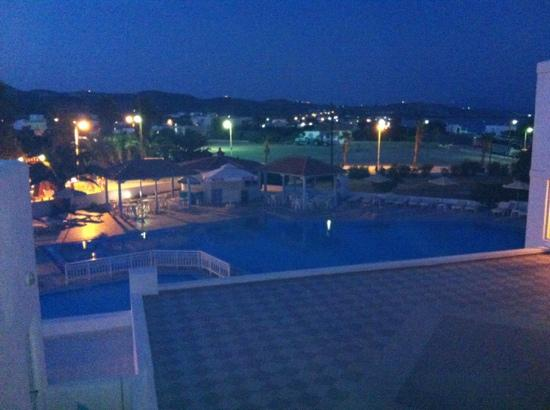 Kamari Bay Hotel: view of the pool at night