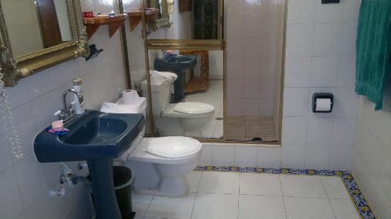 Hotel Coco Paraiso: Un amplio baño