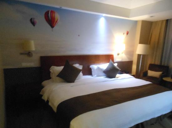 Shenzhenair International Hotel: One of the largest bed's with Hot air ballon wall paper as per the floor.