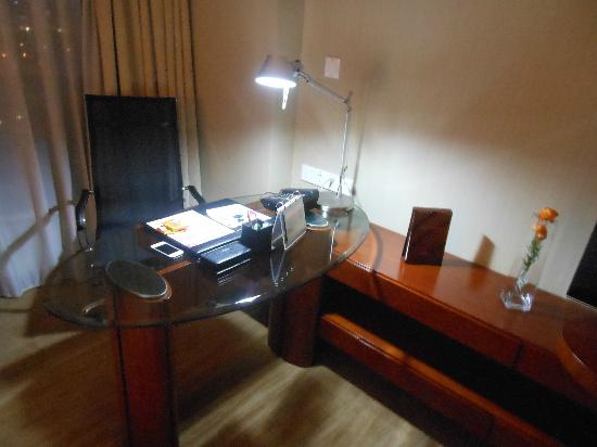 Shenzhenair International Hotel: Nice desk to work on