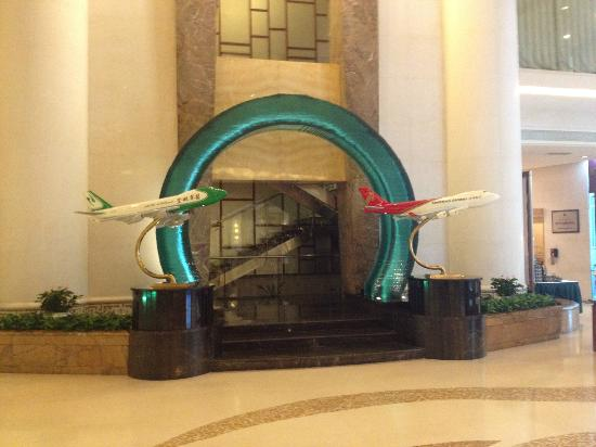 Shenzhenair International Hotel: Huge plane models everywhere in the lobby and bar.