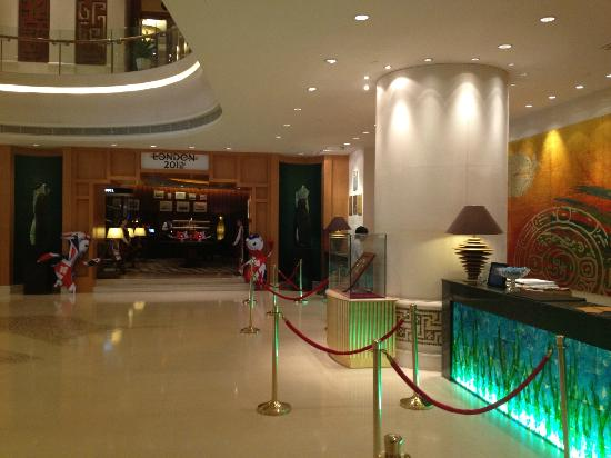 Shenzhenair International Hotel: The Reception desk with the bar in the background